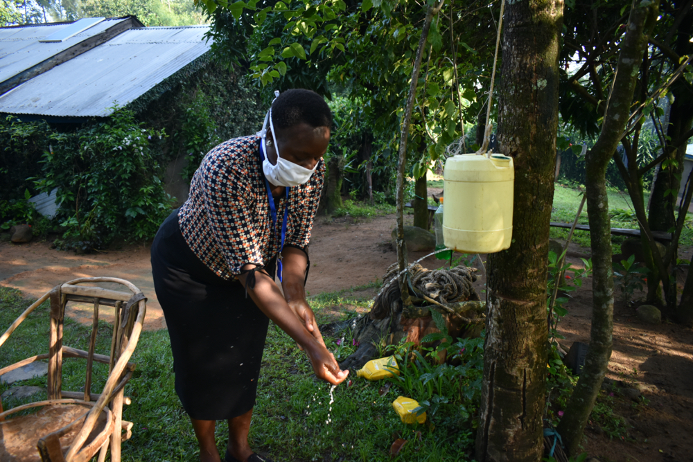 The Water Project : covid19-kenya4746-trainer-karen-handwashing