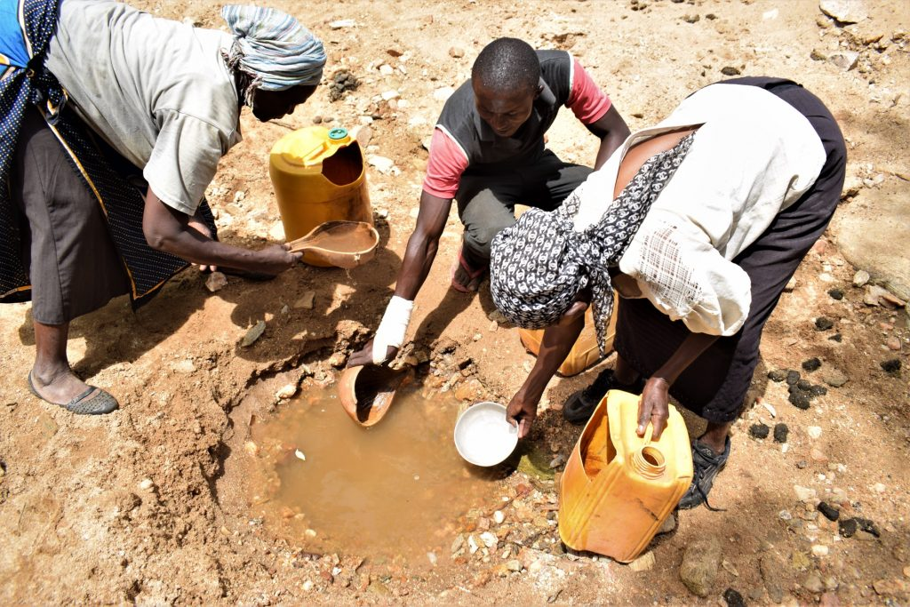 The Water Project : kenya20325-fetching-water-1