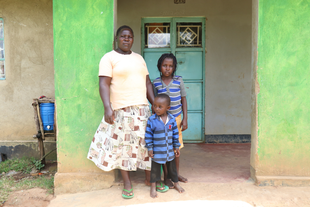 The Water Project : covid19-kenya18135-with-her-children-at-home