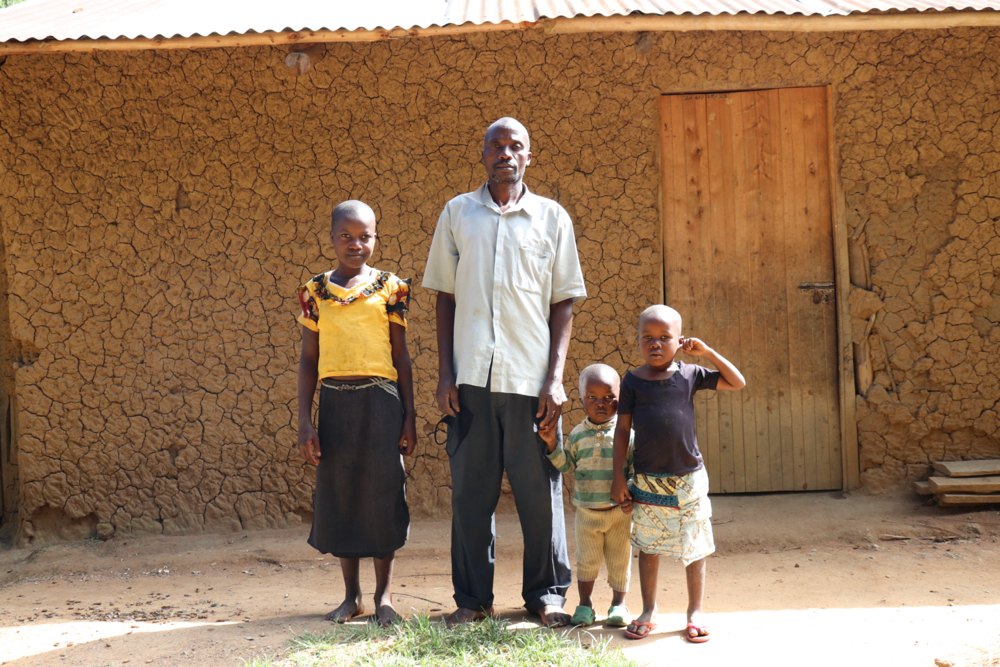The Water Project : covid19-kenya4371-with-his-kids-at-home