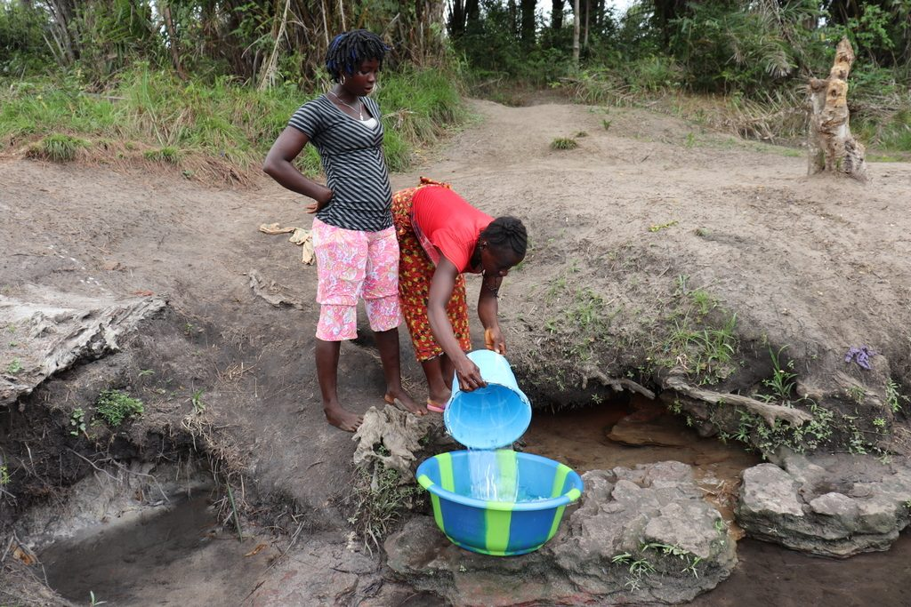 The Water Project : sierraleone21518-fetching-water