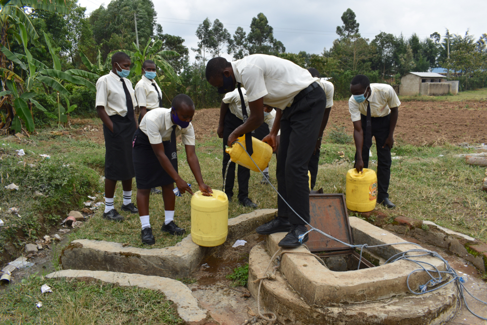 The Water Project : kenya21252-collecting-water-at-the-well-2