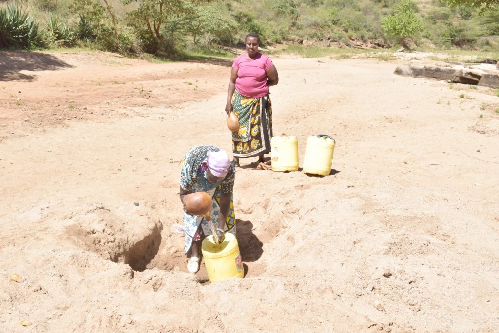 The Water Project : kenya21428-21429-at-the-scoop-hole