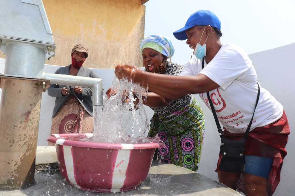 The Water Project : sierraleone21501-splashing-at-the-well