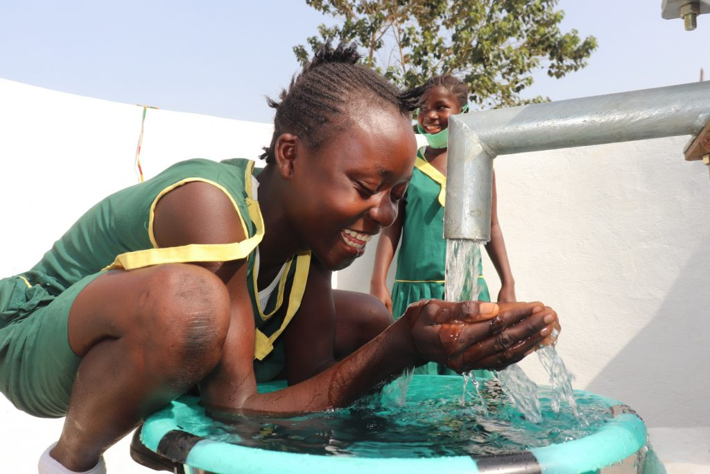 The Water Project : sierraleone21502-drinking-from-the-well
