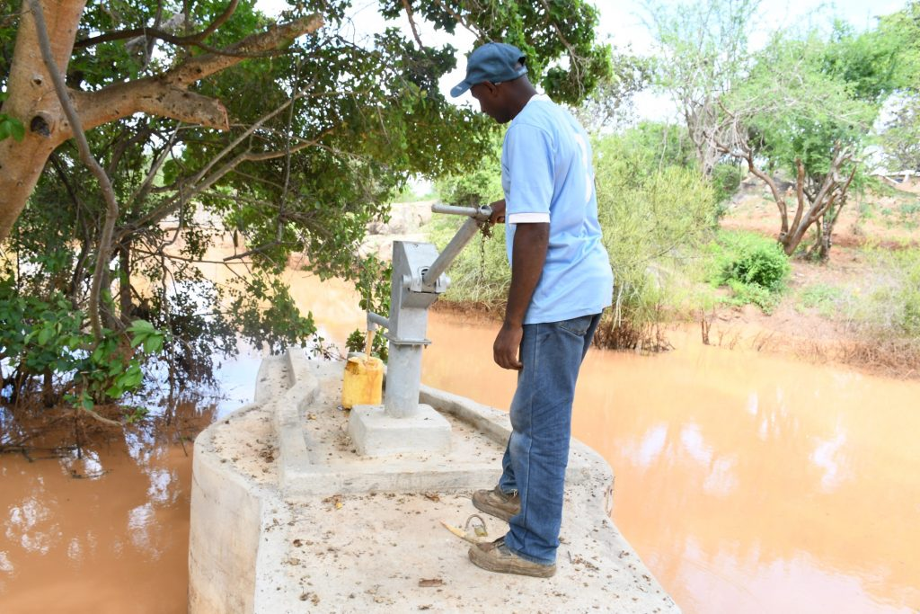 The Water Project : kenya21411-pumping-the-well