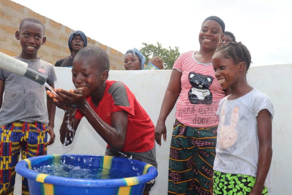 The Water Project : sierraleone21507-kids-drinking-from-the-well-1
