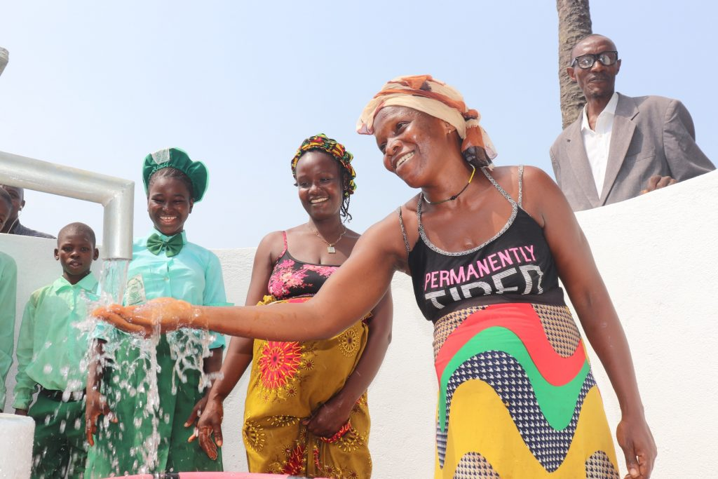 The Water Project : sierraleone21521-all-smiles-for-the-well-2